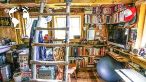 TEENAGER staví OFF-GRID TINY HOUSE (80% recyklovaný materiál)