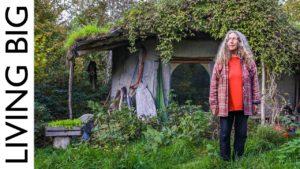 Žena staví 1000 liber drobných hliněných domů, aby žili blízko přírody ve velšském lese