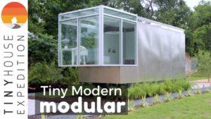 Elegantní moderní modulární malý dům inspirovaný převedenou skládkou