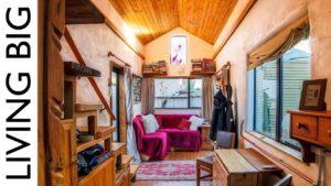 Krásný malý dům postavený tak, aby vypadal jako hliněná chata