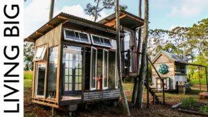 Malý dům s luxusní koupelnou z recyklovaných oken