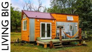 Mladá žena, off-grid zelená postavená malý dům navržený pro udržitelnou budoucnost