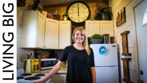 Mladá žena uniká šílené nájemné s malým domem