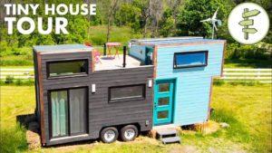 Moderní špičkový dům s kuchyní a střešní terasou