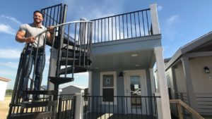 Nejúžasnější maličký dům se střešní terasou a dvojitými lofty #TinyHomeTues