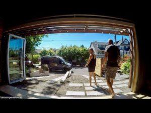 Pár dělá z garáže domů + campervanu konzistentní životní kombo
