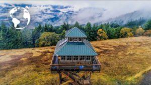 Pár staví Tiny House na chůdách, aby prožili Oregonský les