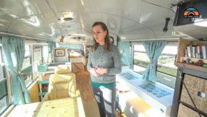 Pár staví krásná školní autobusová konverze jako jejich celodenní malý domov na kolech