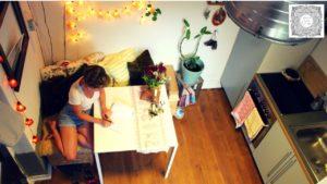 Student žije v malém domě uprostřed města