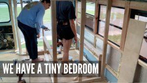 TINY HOME BEDROOM se formuje   skoolie konverze diy instalatérské a skladovací