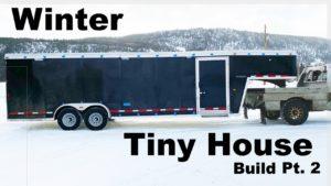 Uprostřed zimy malý dům stavět