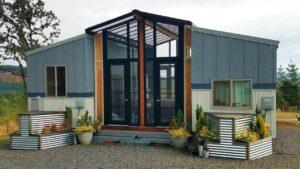 Úžasný OHANA Tiny House kombinuje dva 24 & # 39; Drobné domy spojené s terasou Sunroom mezi nimi