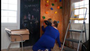 Budování lezecké zdi v naší malé chatě