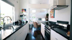 Nádherný malý domek - Průchod obývacím pokojem a kuchyní
