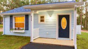 Naprosto krásný malý dům na 1: 4 akru s krytou verandou na prodej
