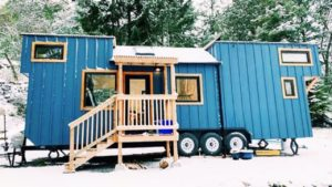 Pár staví krásný malý dům na ostrově Vancouver od Tiny Lovin Life | Malý dům velké bydlení
