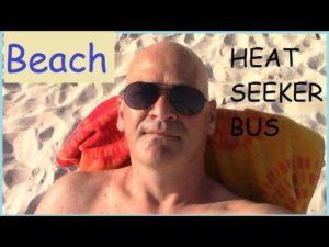 Plážový čas! Konverze sběrnice Heatseeker. malý domov RV skoolie. Život na karavanu obytného automobilu.