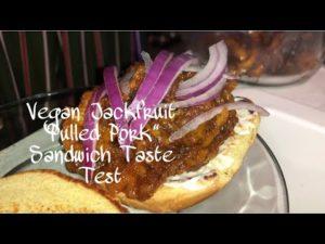 """Tiny Home Big Meals S1E01 """"Jacking up Jackfruit"""" (vytáhnuté vepřové maso) Recept   RV Life   ASMR   Lesbický pár"""