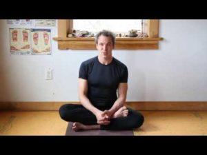 Drobná domácí jóga - úvod a dynamický nízký dopad celého těla zahřátý ze stoje