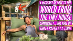 Komunita malých domů posílá Světu nějakou lásku ... Jedna role toaletního papíru najednou.