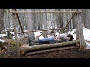 Muž staví malý domek Bushcraft Camp - Bed & Roof - Episode 1