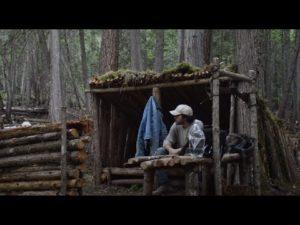 Muž staví malý domek Bushcraft tábora - stavět Bushcraft zbraňový stojan - epizoda 6
