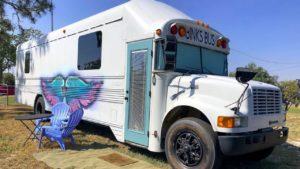 Skoolie Tour | Prohlídka autobusu | Prohlídka autobusové přestávky Tiny House | Autobus Binks