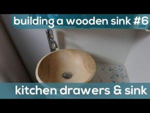 Stavba domu č. 6 (doma č. 1) - kuchyňské zásuvky a dřez do dřevěné koupelny - The ONION Adventure