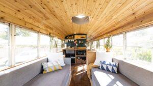 Školní autobus přeměněn na krásný malý domov - filmové turné Skoolie