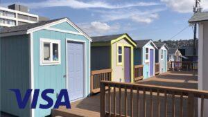 Budování malých domů pro bezdomovce během karantény COVID-19