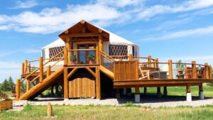 Epický jurt na Stilts hraničící s jezerem Flathead, Montana   Krásný malý dům