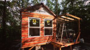 Jeden z druhu off Grid Tiny House Pomozte Crockersům dát Cedar Siding!