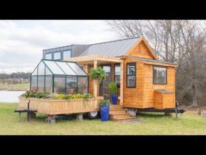 Malý dům na kolech s vlastním malým skleníkem