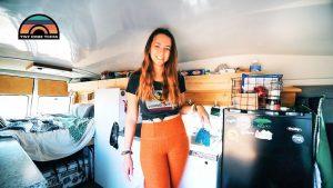 Mladá žena převádí staré Dodge Camper Van začít svůj život na silnici