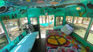 Přestavba autobusu My School Home / Schoolie living in Tiny Home,