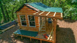 True Off Grid Tiny House dostane kovovou střechu !! Sawyer Ridge Farm na záchranu !!