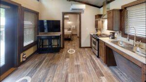 Úžasný rustikální model Highland Park na prodej od modelů LAKESIDE PARK Malý dům velké bydlení
