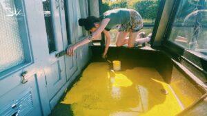 Zlepšení TINY HOME: Při malování našeho úzkého člunu Bright YELLOW Make provádíme NEZAKÁZANÝ objev.